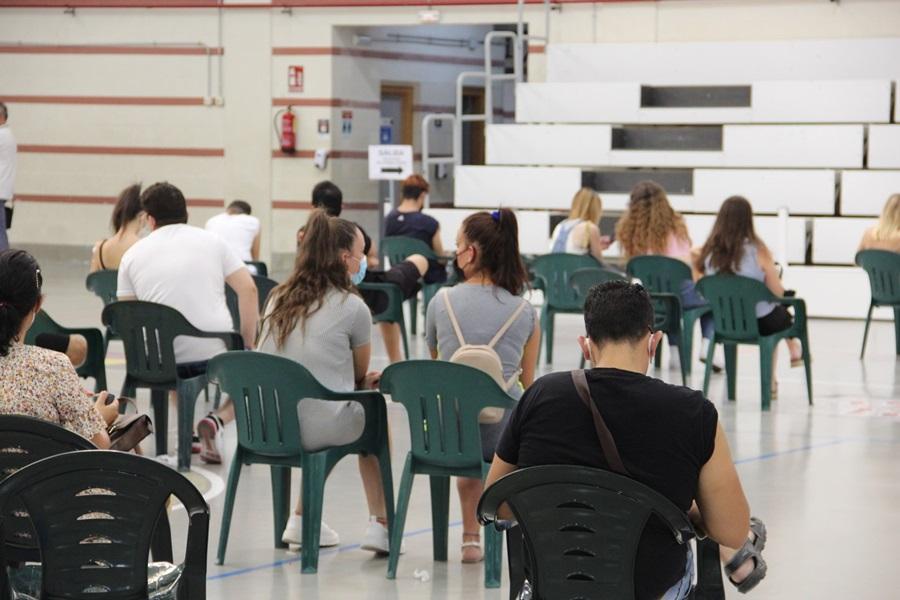 Más de 900 personas, la mayoría jóvenes de entre 20 y 29 años, se vacunan en el Pabellón Municipal de Deportes